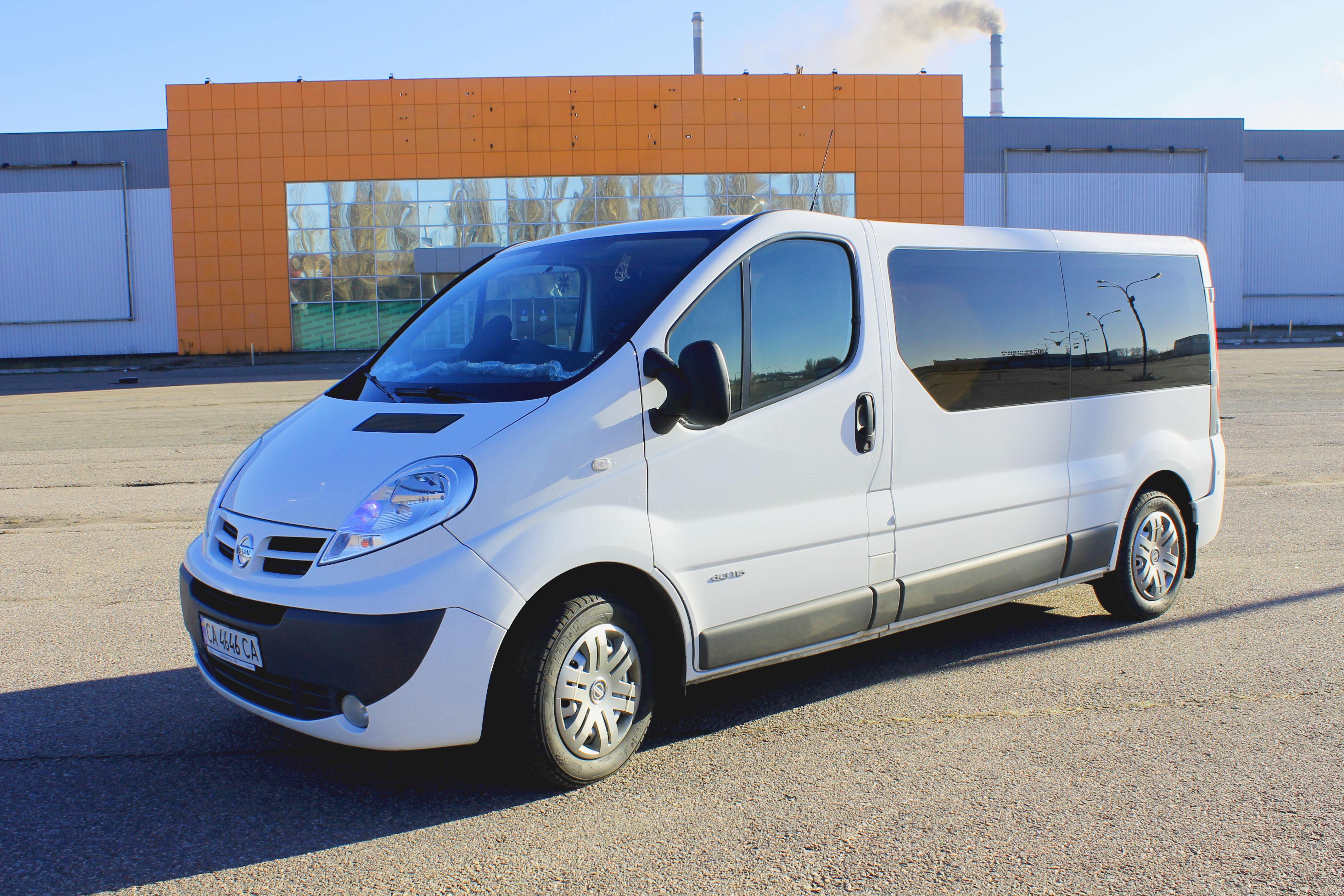 Белый Renault Trafic 2013 года